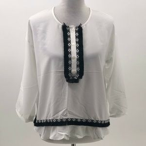 The limited blouse white with black embroidery and